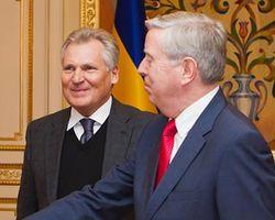 """Сторонники Тимошенко проводили кортеж Кокса криками """"Юле волю!"""""""