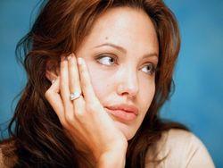 Шведский художник нарисовал обнаженную Анджелину Джоли после операции