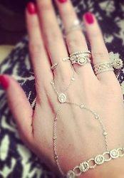 Соцсети обсуждают фото Ксении Собчак с новыми бриллиантами