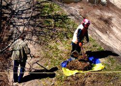 Нравы Украины или провокация: черниговские коммунальщики убирают мусор национальным флагом