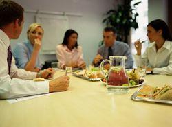 Обедать полезнее в пределах офиса – ученые