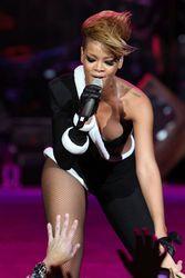 Рианна на концерте ударила микрофоном нахального фаната
