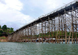 Туристам: В Таиланде обрушился самый длинный деревянный мост