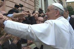 Дебюты Папы Франциска: проповедь, Twitter и... встречи на римских улицах