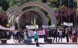 В Киеве против гей-парадов продолжают митинговать священники и политики