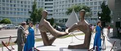В Минске появилась скульптура, посвященная диалогу банка с клиентами