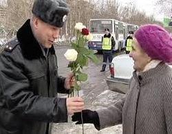 СМИ о поздравлении женщин с 8 марта сотрудниками ГАИ на дорогах