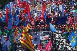 Европа снова бастует из-за мер экономии. Евро падает