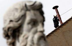В Ватикане установили печную трубу, дым из которой возвестит о новом Папе