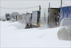 На дорогах к западной границе Украины снегопад блокировал сотни авто