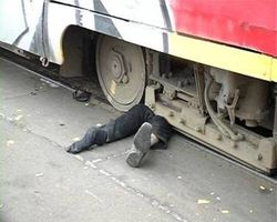 В Киеве человек оказался под колесами трамвая