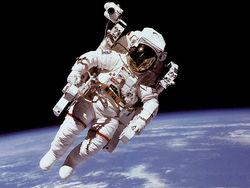 Отключение робота задержало астронавта перед выходом в космос