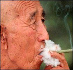 Китайцам запретили курить в общественных местах