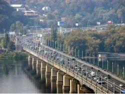 Из-за чего полностью перекрыт киевский мост Патона?