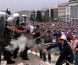 В Афинах митингующие школьники подрались с полицией