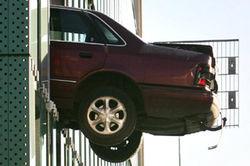 В Австралии женщина-водитель не справилась с управлением и вылетела с паркинга на 6-м этаже