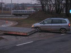 Железобетонная плита повредила автомобиль