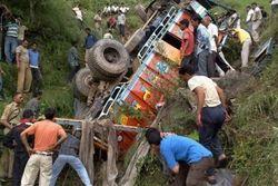 В Индии поезд столкнулся со свадебным автобусом