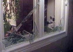 Молодые люди расстреливают окна детского сада