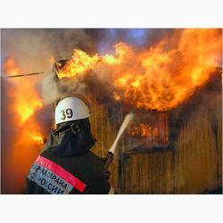 Спасатели вызволили человека из горящего здания в Москве