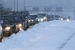 Снегопады заставили сотни машин ночевать на дорогах Крыма