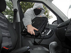 Московский полицейский угнал автомобиль женщины и похитил ее сумочку
