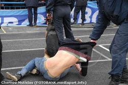 Украинские футбольные фанаты подрались с беркутовцами