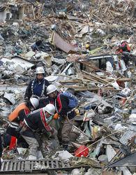 В Японии под завалами спасатели нашли несколько десятков миллионов йен. Находка была передана в полицию