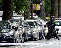 В Москве у офисного здания припаркован подозрительный автомобиль. Полицейские проверяют его на наличие взрывчатки