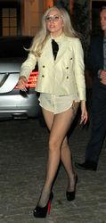 Леди Гага потеряла голову и брюки