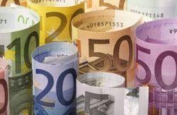 Курс рубля незначительно вырос к доллару и евро