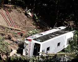 В Праге с обрыва сорвался пассажирский автобус