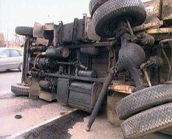 В Москве в ДТП перевернулся грузовик с наполненными газом баллонами