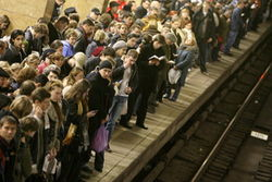 Почему в московском метро женщина упала под поезд?