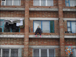 Белорусская старушка забралась на парапет четвертого этажа