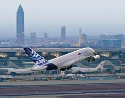 Гигантскому лайнеру Airbus позволили прибыть в Ле Бурже