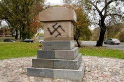 Почему на еврейском монументе в Литве нарисовали свастику?