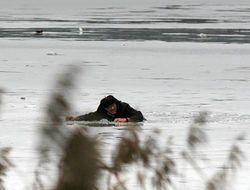 Житель Херсона оказался подо льдом, залюбовавшись пейзажем