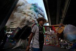 Из-за чего сгорел крупный торговый центр в Индонезии?
