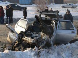 От удара на встречной полосе Ford Escort разорвало пополам
