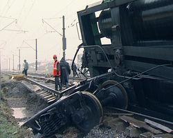 Из-за чего вагоны поезда сошли с рельс в Казахстане?