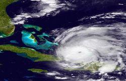 """Ураган """"Айрин"""" приближается к побережью США. Есть жертвы"""