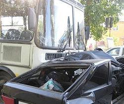 Каковы последствия столкновения автобуса и легковушки в Москве?