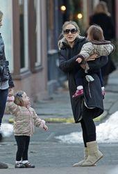 Папарацци подловили Сару Паркер на прогулке с детьми