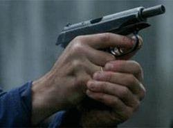 В Москве пьяный мужчина выстрелил в охранника магазина