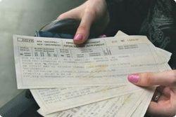 Автомат печатает билеты на железнодорожном вокзале в Киеве