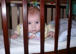 Малыш выбрался из кроватки и сильно обжегся
