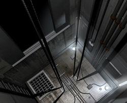 Женщина с малышом упала в шахту лифта