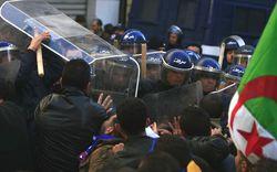 В столкновениях с демонстрантами в Алжире пострадали 12 полицейских