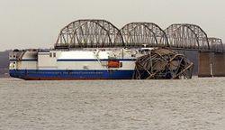 В США грузовое судно разрушило часть моста